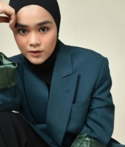 7 Style Mix and Match Outfit Hitam Ala Sivi Azizah