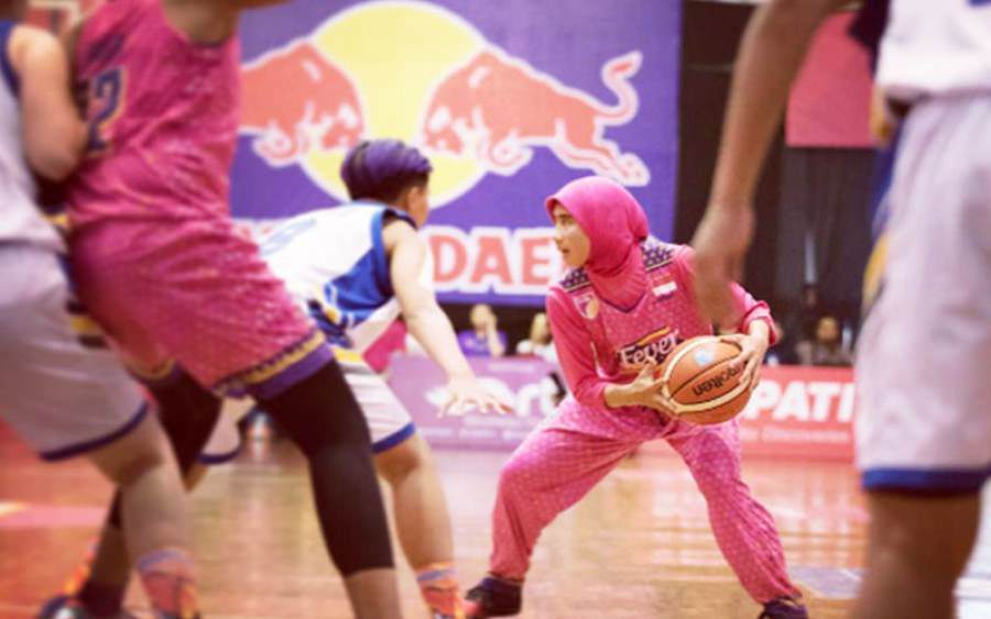 Perjuangan Menolak Larangan Atlet Basket Berhijab