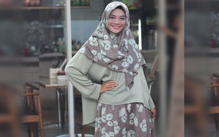Aneka Gaya Klasik dan Santun dengan Kulot untuk Hijabers