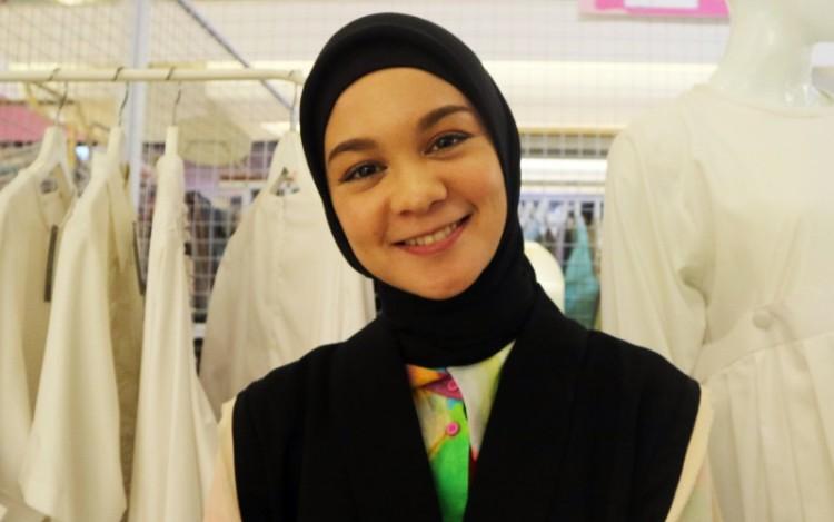 """Tantri Namirah Tampil """"Nyentrik"""" Dengan Style Fashion Tabrak Motif"""