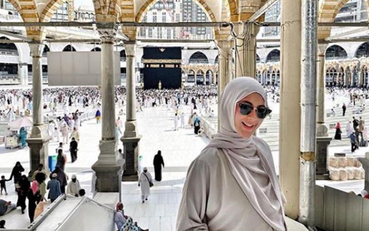 Pergi Umrah, Cantiknya Paula Verhoeven Kenakan Hijab