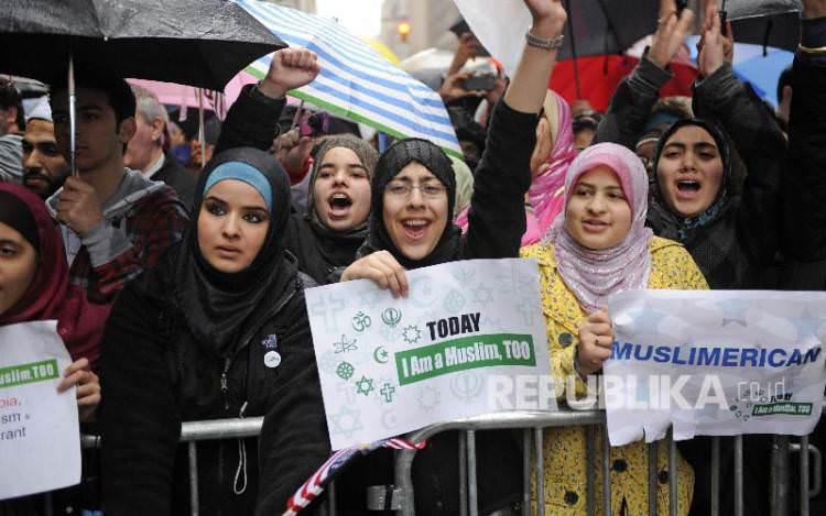 Bela Umat Muslim, Guru SMA di Amerika Kenakan Hijab