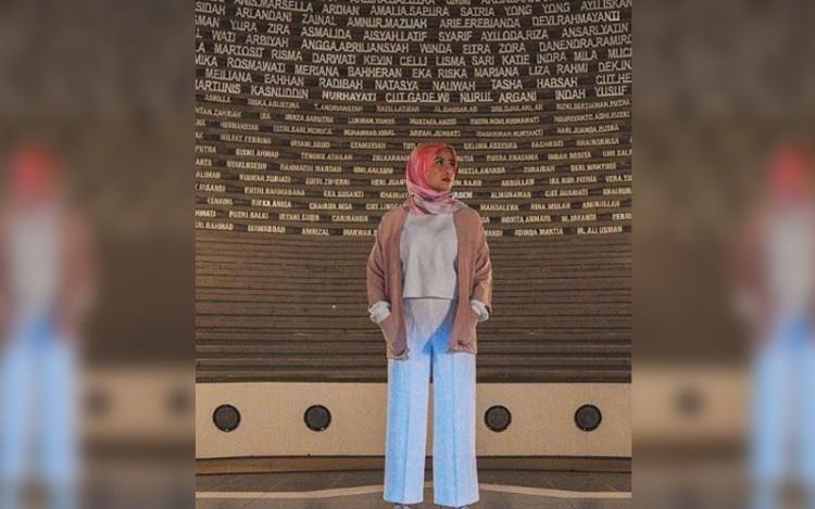 Berlibur ke Aceh, Cantiknya Awkarin dengan Balutan Hijab