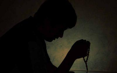 Kisah Mengerikan Anak Durhaka yang Rajin Ibadah