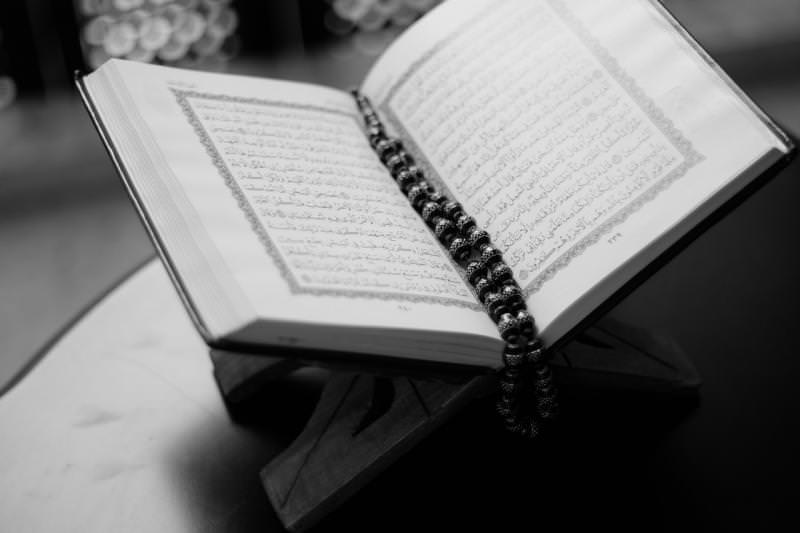 Membaca Al-Quran Tanpa Berkerudung, Bolehkah?