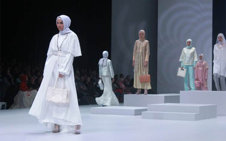 Kolaborasi Ervina Ahmad Perpaduan Kain Tradisional dan Desain Moderen