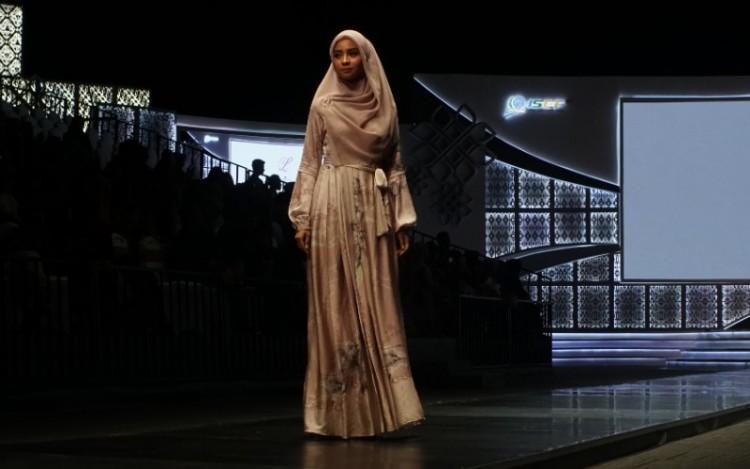 Pancasila Jadi Inspirasi L by Laudya Cynthia Bella dalam Peragaan Busana di ISEF Suntainable Fashion Show