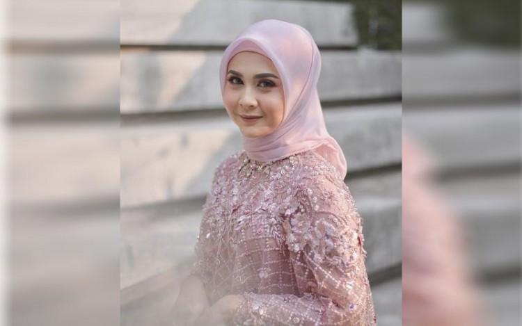 Potret Cantik Kesha Ratuliu Kenakan Hijab Saat Lamaran