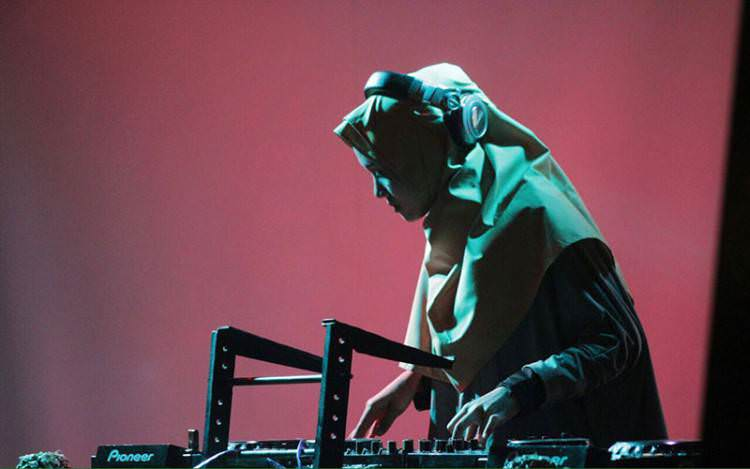 Ariska Wigatiningtyas Si DJ Berhijab Hebohkan Dunia Maya