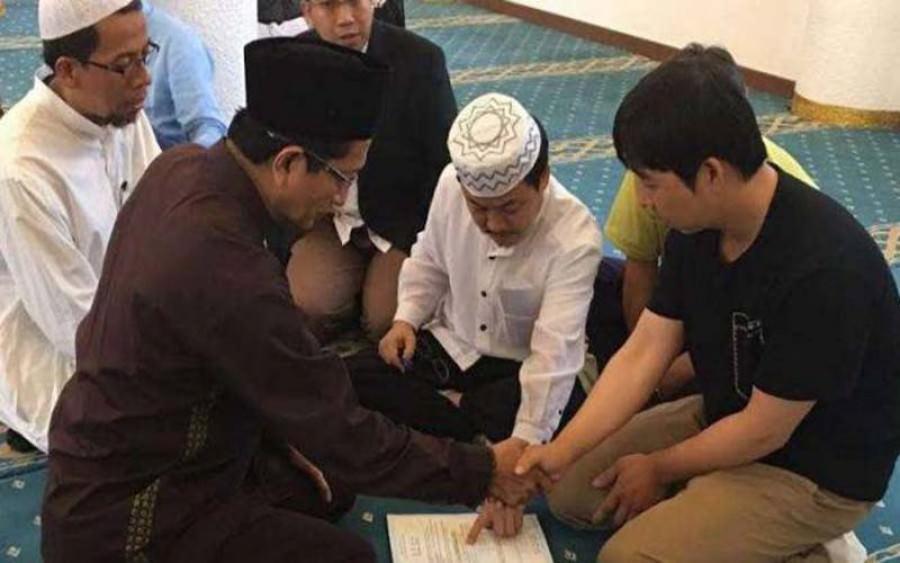 Muslimah Indonesia Buat Pria Korea Ini Masuk Islam