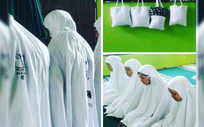 Gerakan Mukena Bersama, Dari Muslimah Untuk Muslimah Bagikan Mukena Baru di Musholah
