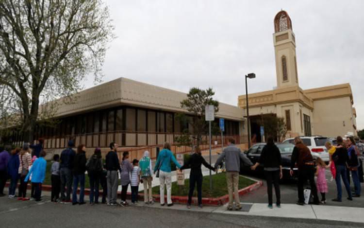 Warga Bergandengan Tangan Lindungi Masjid di California