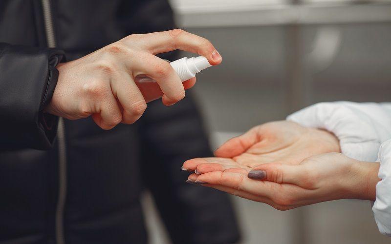 Bagaimana Hukum Menggunakan Hand Sanitizer yang Mengandung Alkohol?