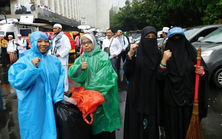 Lagi, Puluhan Muslimah Upayakan Tak Ada Sampah Pada Aksi 112